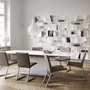 Tapicerowane krzesła na nietypowych podstawach. Fot. BoConcept