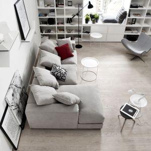 Na sofie, na fotelu, czy ... na parapecie? Miejsc do czytania do wyboru, do koloru. Fot. BoConcept