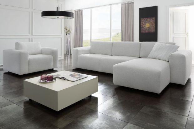 Salon z jasną lub białą sofą - zobacz ciekawe inspiracje!