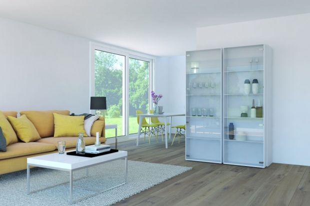 Projektanci coraz częściej wykorzystują szkło w kolekcjach mebli. Za szklaną taflą nie da się ukryć zawiasów, dlatego muszą być one nie tylko funkcjonalne, ale i harmonijnie dopasowane do designu mebla.
