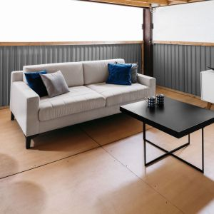 Do wnętrza w stylu minimalistycznym pasuje prosty stolik na skrzyżowanych płozach. Fot. Rosanero
