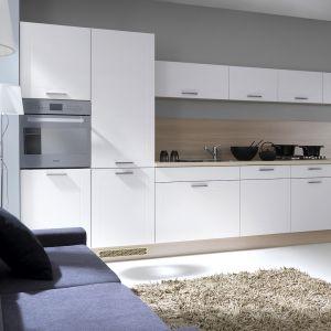 Otwarta na salon kuchnia tworzy bardzo atrakcyjną wzualne przestrzeń. Fot. Black Red White