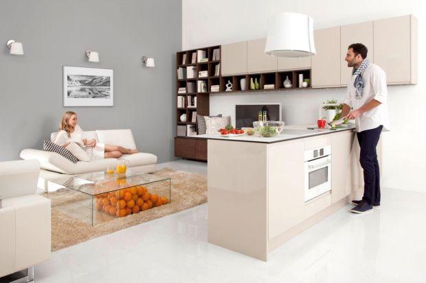 Kuchnie otwarte na salon są coraz popularniejszym rozwiązanem. Tworzą niezwykle atrakcyjne wizualnie, nowoczesne przestrzenie. Podpowiadamy, jak przy pomocy mebli wyznaczyć granicę między salonem a kuchnią.