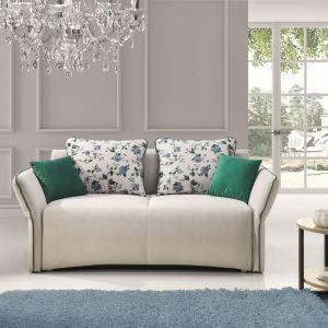Poduszki w odcieniach zieleni harmonizują z zieloną dekoracyjną listwą na siedzisku. Sofa Vario. Fot. Stagra