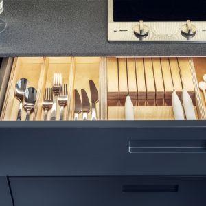 Szuflada kuchenna z eleganckimi organizerami. Fot. Zajc
