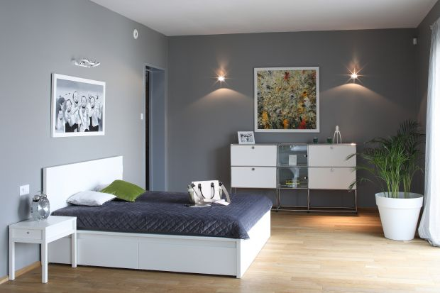 Jej głównym zadaniem jest przechowywanie odzieży i drobnych, podręcznych przedmiotów, dlatego najlepiej sprawdza się w sypialni. Komodę warto jednak mieć nie tylko ze względu na jej funkcjonalność, ale też walory dekoracyjne.