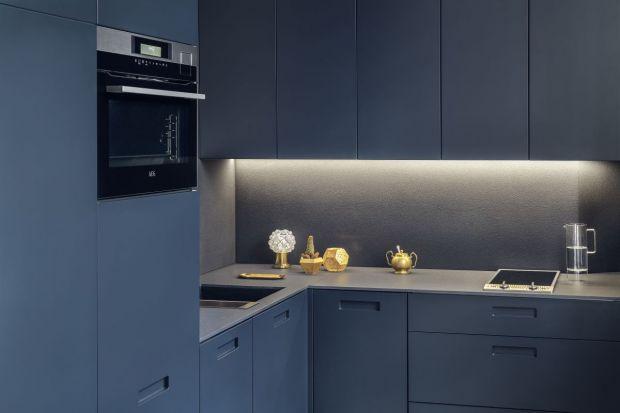 Niewielki, kompaktowy zestaw mebli intryguje oryginalnym kolorem frontów. Ergonomiczne rozplanowanie kuchni, wyposażonej we wszystkie niezbędne urządzenia, ułatwia szybkie przygotowywanie posiłków.