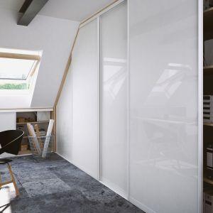 Optymalne wykorzystanie miejsca pod skosami w domowym gabinecie. Fot. Komandor