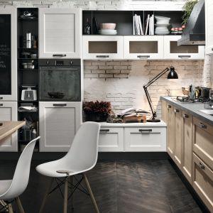 Otwarte półki pasują do kuchni w stylu loft. Fot. Stosa