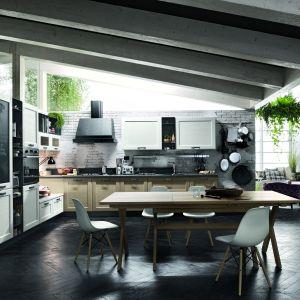 W dużej przestrzeni zmieści się również kuchenny stół z krzesłami. Fot. Stosa