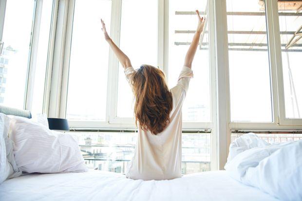 Sypialnia to miejsce, w którym rozpoczynamy i kończymy każdy dzień. Od nocnego wypoczynku zależy nasz nastrój i energia do realizacji codziennych małych i dużych celów. Dlatego warto zadbać o sypialnię, jej wystrój i atmosferę. Sen na materac