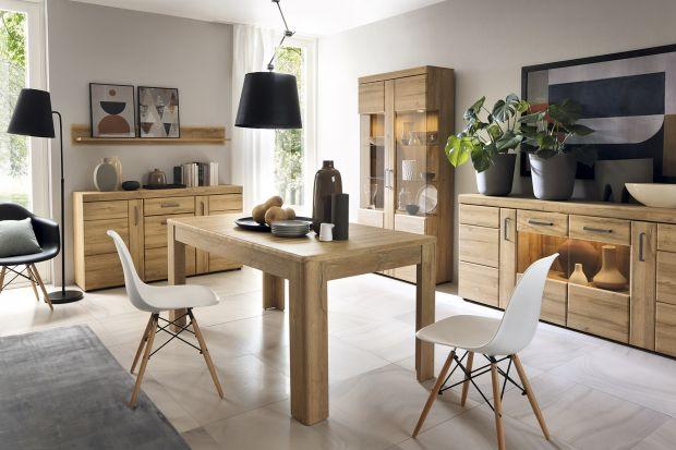 """Kolekcja """"Cortina"""" w kolorze dębu o masywnej konstrukcji przywodzi na myśl tradycyjne meble z naturalnego drewna. Pozwoli ona na urządzenie salonu, jadalni, a nawet przedpokoju."""