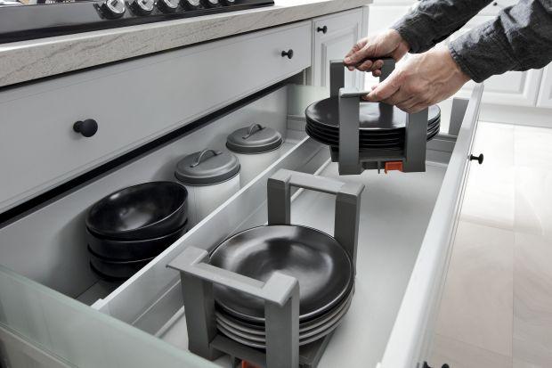 Aby korzystanie z kuchni było łatwe i przyjemne, warto dobrze zaplanować jej umeblowanie i wyposażenie. Nowoczesne akcesoria umożliwiające przechowywanie zapasów i kuchennych przyborów sprawią, że nie będziemy chcieli w ogóle wychodzić z kuch
