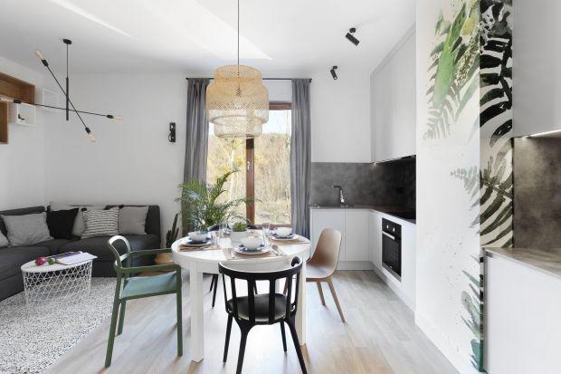 Styl skandynawski z domieszką minimalizmu, a także prostota i funkcjonalność – takie efekty mieli w planie osiągnąć projektanci niewielkiego mieszkania w Gdyni. Postawili na drewno i meble o geometrycznych kształtach.