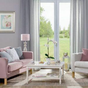 Takie ustawienie sofy umożliwia patrzenie na piękny widok za oknem. Fot. Dekoria.pl
