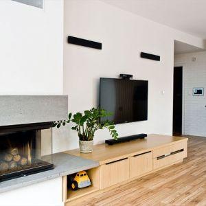 Szafka z jasnego drewna doskonale pasuje do jasnego, minimalistycznego wnętrza. Realizacja Aquform