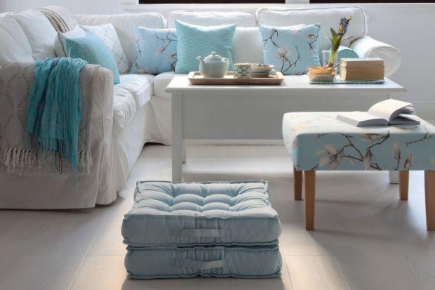 Dlaczego lubimy styl, popularnie zwany Hamptons? Między innymi za pastelowe kolory, miękkie sofy i fotele, elegancję z lekką domieszką nonszalancji, swobodny klimat i przytulność.