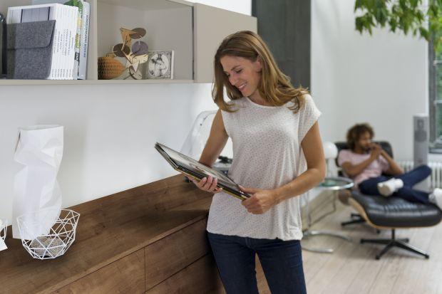 Nowoczesne prowadnice sprawiają, że także w drewnianych komodach można zastosować bezuchwytowe systemy otwierania (push to open). Dzięki nim korzystanie z mebli staje się bardziej komfortowe.