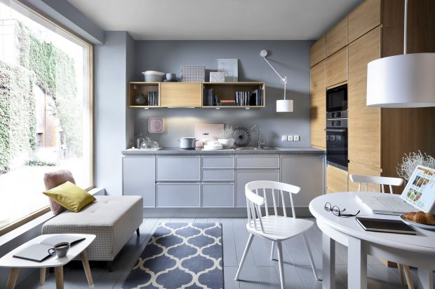 Kontrastujące albo harmonijnie współgrające - dwa kolory zastosowane w meblach kuchennych ożywiają aranżację wnętrza i sprawiają, że jest zgodna z aktualnymi trendami. Dwukolorowe kuchnie są piękne!