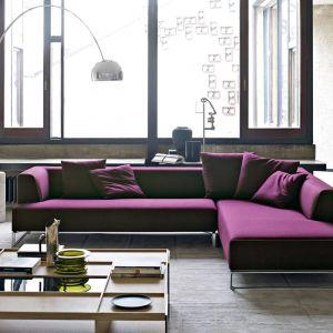 Poduszki w kolorze siedziska złagodzą surową formę kanapy. Fot. B&B italia