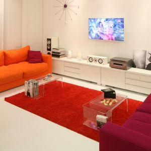Mocne odcienie pomarańczu i czerwieni dobrze komponują się z bielą. Projekt Katarzyna Mikulska-Sękalska. Fot. Bartosz Jarosz