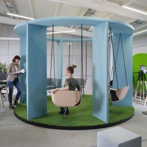 """System huśtawek biurowych """"Social Swing"""" firmy Bejot. Fot. Bejot"""