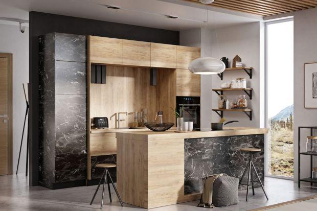 Wiszące szafki, obok pojemnych i funkcjonalnych szuflad, są najważniejszymi elementami zabudowy kuchennej.W trosce o komfort ich użytkowania projektanciniekiedy zamykają je frontami składanymi.