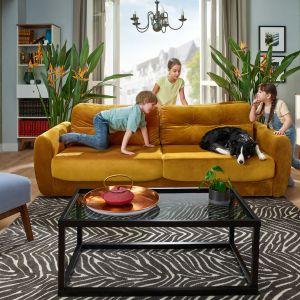 Sofa w musztardowym odcieniu. Fot. BRW