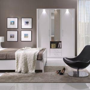 Sypialnia New York w modnym wykończeniu biel w połysku. Fot. New Elegance