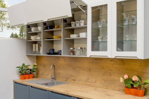 Przeszklone fronty dodają zabudowie kuchennej lekkości i pozwalają optycznie powiększyć wnętrze. Dzięki nim możemy też wyeksponować piękną zastawę stołową.