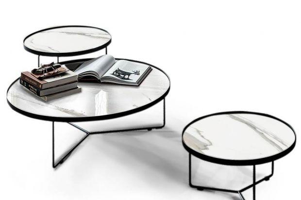 """Komplet trzech nowoczesnych stolików kawowych """"Ralph"""", dzięki harmonijnemu połączeniu czarnej proszkowanej stali i spieku kwarcowego imitującego biały marmur oraz klasycznej, okrągłej formie, będzie stanowił efektowną ozdobę salonu."""