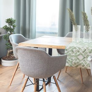 Krzesła Sogo o kubełkowym kształcie. Fot. Dekoria.pl