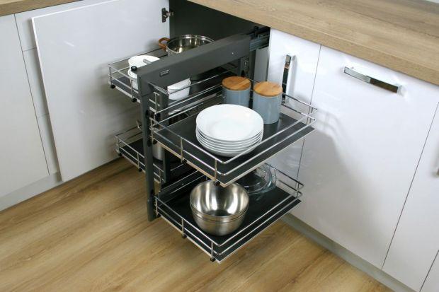 Czerń i ciemne barwy coraz śmielej wkraczają do kuchennych aranżacji. Pojawiają się nie tylko na meblach, ale także w postaci akcesoriów meblowych.