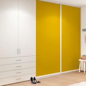 """Drzwi przesuwne """"S720"""" firmy Raumplus wypełnione tkaniną w energetycznym kolorze. Fot. Raumplus"""