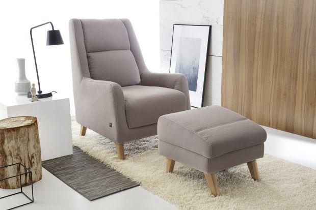 Meble do salonu: fotel z podnóżkiem