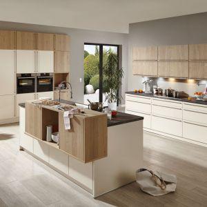 Kuchenna wyspa, wyposażona w dodatkowe szafki i półki, jest praktycznym elementem wnętrza. Fot. Brigitte