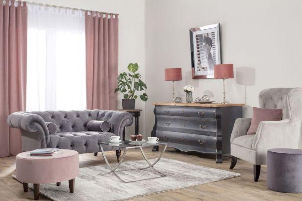 Nowojorskie apartamenty słyną z elegancji i luksusu. By urządzić wnętrze o takim charakterze, trzeba postawić na klasyczne meble oraz dodatki z elementami szkła i srebra.
