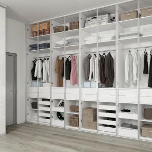 W garderobie można pozostawić otwarty mebel lub dobrać do niego fronty. Fot. Komandor