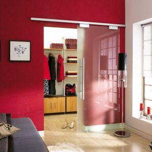 """Garderoba wydzielona drzwiami """"Porta Glass"""" firmy Laguna. Fot. Laguna"""