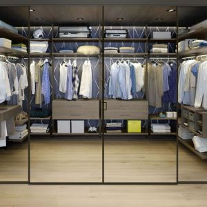 Szklane drzwi znajdują zastosowanie np. w osobnych garderobach. Fot. Raumplus