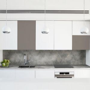 Blat i ścianka przyblatowa w tym samym kolorze optycznie powiększą małą kuchnię. Fot. Pfleiderer