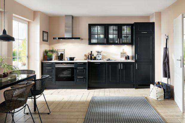 Alternatywą dla wszędobylskiej bieli mogą być ciemne fronty w meblach kuchennych. Grafitowa, czarna lub utrzymana w odcieniach ciemnego drewna kuchnia będzie praktyczna i ponadczasowa.