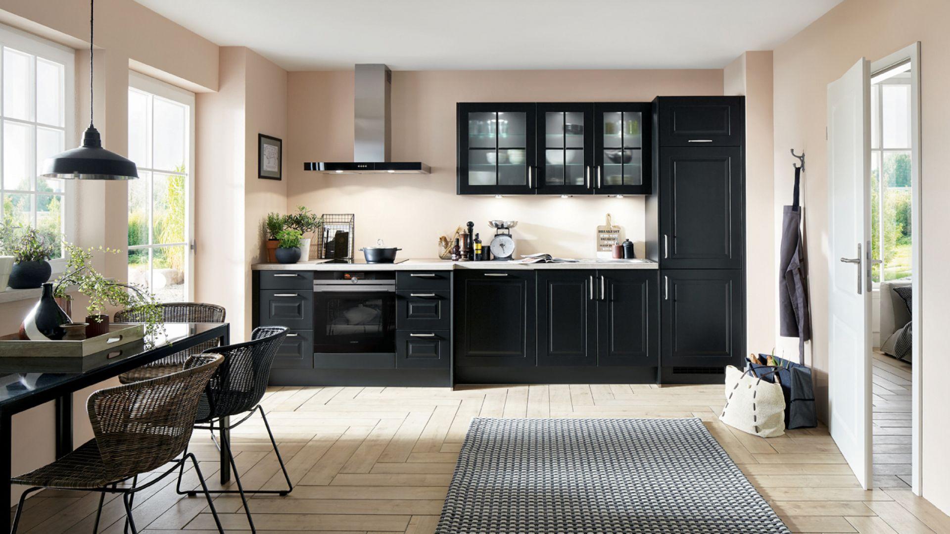 Czarna kuchnia w klasycznym stylu. Fot. Verle