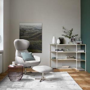 Odrobina chłodnej zieleni sprawia, że wnętrze prezentuje się sterylnie i minimalistycznie. Fot. BoConcept