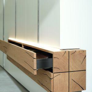 Jednym z wiodących trendów jest drewno lub dekory drewnopodobne ze śladami zużycia. Fot. Huelsta