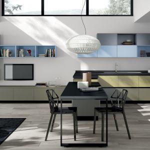 Niektórzy producenci mebli mają w swojej ofercie identyczne zestawy do salonu i kuchni. Fot. Scavolini