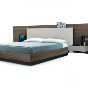 Łóżko z dużym panelem ściennym. Fot. Zalf