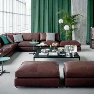 W dużym salonie zmieści się zarówno rozbudowany narożnik, jak i dodatkowe pufy. Fot. Flexform