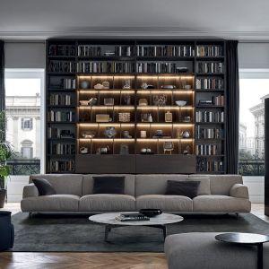 Biblioteka na całą ścianę to ciekawy pomysł na salon. Fot. Poliform/Studio Forma 96