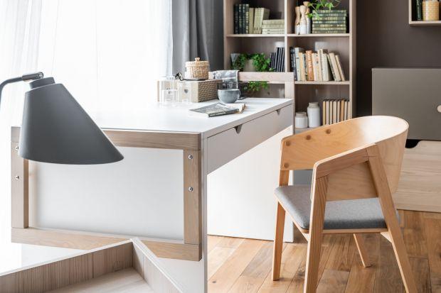 Nawet jeśli najchętniej stawiamy laptopa na kolanach, siedząc na kanapie, warto zainwestować w solidne i ładne biurko. Przyda się do pracy w domu, przechowywania dokumentów, załatwiania spraw urzędowych czy płacenia rachunków.